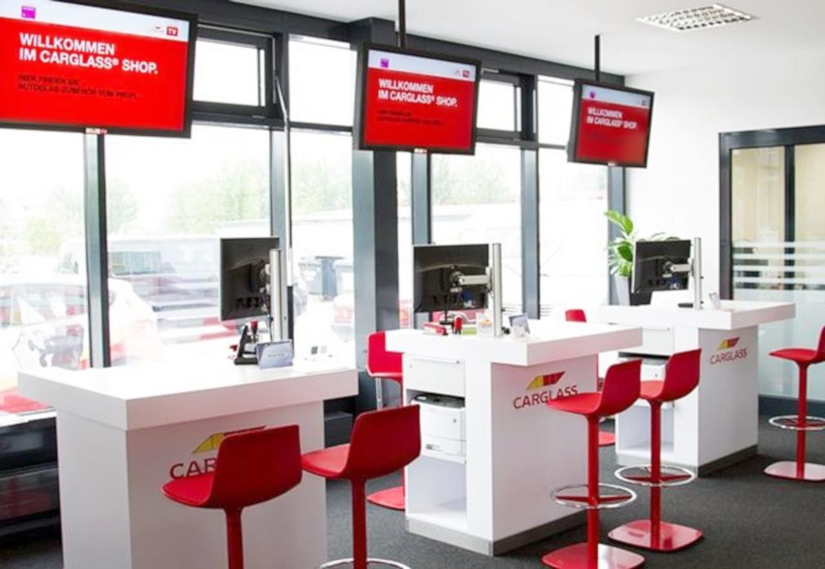 Digital Signage Willkommensboard Kundenannahme Carglass